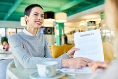Επιτυχής επιχειρηματίας που κάνει τις διαπραγματεύσεις στοκ εικόνα με δικαίωμα ελεύθερης χρήσης