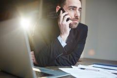Επιτυχής επιχειρηματίας που καλεί τηλεφωνικώς εργαζόμενος Στοκ φωτογραφία με δικαίωμα ελεύθερης χρήσης