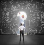 Επιτυχής επιχειρηματίας που κοιτάζει μέσω της βασικής τρύπας Στοκ Εικόνα