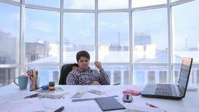 Επιτυχής επιχειρηματίας που μετρά και που ρίχνει επάνω στα χρήματα αμερικανικών δολαρίων στο φωτεινό καθαρό γραφείο Επιχείρηση, χ φιλμ μικρού μήκους