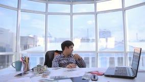 Επιτυχής επιχειρηματίας που μετρά και που ρίχνει επάνω στα χρήματα αμερικανικών δολαρίων στο φωτεινό καθαρό γραφείο Επιχείρηση, χ απόθεμα βίντεο
