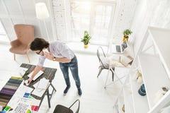 Επιτυχής επιχειρηματίας που μιλά στο τηλέφωνό του Στοκ Εικόνες