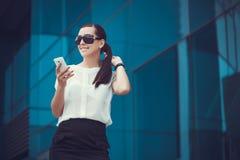 Επιτυχής επιχειρηματίας που μιλά στο κινητό τηλέφωνο Στοκ Εικόνες