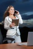 Επιτυχής επιχειρηματίας που μιλά στο τηλέφωνο που χρησιμοποιεί ένα ψηφιακό TA Στοκ εικόνες με δικαίωμα ελεύθερης χρήσης