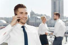 Επιτυχής επιχειρηματίας που μιλά στο τηλέφωνό του Στοκ φωτογραφίες με δικαίωμα ελεύθερης χρήσης