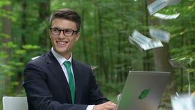 Επιτυχής επιχειρηματίας που παίρνει το εισόδημα, χρήματα που πέφτει, φιλικό προς το περιβάλλον ξεκίνημα φιλμ μικρού μήκους