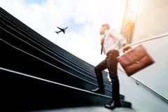 Επιτυχής επιχειρηματίας που τρέχει τη γρήγορη επάνω έννοια επιτυχίας στοκ εικόνες