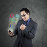 Επιτυχής επιχειρηματίας που χρησιμοποιεί το smartphone app Στοκ εικόνα με δικαίωμα ελεύθερης χρήσης