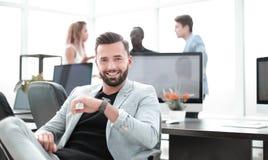 Επιτυχής επιχειρηματίας σε ένα δημιουργικό γραφείο στοκ εικόνα