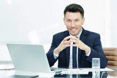 Επιτυχής επιχειρηματίας στον εργασιακό χώρο που λειτουργεί με το οικονομικό δ Στοκ Εικόνα