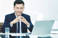 Επιτυχής επιχειρηματίας στον εργασιακό χώρο που λειτουργεί με το οικονομικό δ Στοκ φωτογραφίες με δικαίωμα ελεύθερης χρήσης
