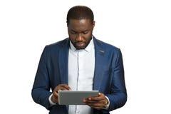 Επιτυχής επιχειρηματίας στο άσπρο υπόβαθρο Στοκ φωτογραφία με δικαίωμα ελεύθερης χρήσης