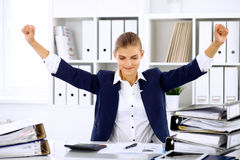Επιτυχής επιχειρησιακή γυναίκα ή θηλυκός λογιστής με τα χέρια επάνω στοκ φωτογραφία με δικαίωμα ελεύθερης χρήσης