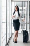 Επιτυχής επιχειρησιακή γυναίκα με τον καφέ και βαλίτσα σε μια ρύθμιση γραφείων στοκ φωτογραφίες με δικαίωμα ελεύθερης χρήσης