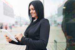 Επιτυχής επιχειρησιακή γυναίκα που εργάζεται με την ταμπλέτα σε μια αστική ρύθμιση στοκ εικόνα με δικαίωμα ελεύθερης χρήσης