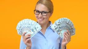Επιτυχής επιχειρησιακή γυναίκα που παρουσιάζει δέσμες των δολαρίων, κερδοφόρο πρόγραμμα, πλούτος απόθεμα βίντεο