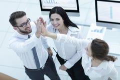 Επιτυχής επιχειρησιακή ομάδα που δίνει σε μεταξύ τους υψηλά πέντε Στοκ Εικόνα