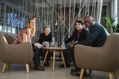 Επιτυχής επιχειρησιακή ομάδα μαζί στο λόμπι γραφείων Στοκ Εικόνα
