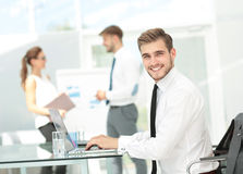 Επιτυχής επιχειρησιακή παρουσίαση ενός ατόμου στο γραφείο στοκ εικόνες με δικαίωμα ελεύθερης χρήσης