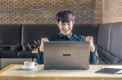 Επιτυχής ευτυχής επιχειρηματίας που ο στόχος του και που παρουσιάζει πυγμές Στοκ Εικόνες