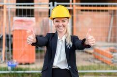 Επιτυχής ευτυχής νέος θηλυκός αρχιτέκτονας Στοκ φωτογραφίες με δικαίωμα ελεύθερης χρήσης