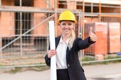 Επιτυχής ευτυχής νέος θηλυκός αρχιτέκτονας Στοκ Φωτογραφία