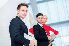 Επιτυχής και βέβαιος επιχειρηματίας επιχειρηματίας που στέκεται νέος Στοκ φωτογραφίες με δικαίωμα ελεύθερης χρήσης