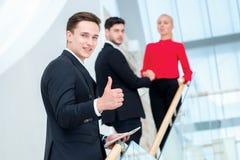 Επιτυχής και βέβαιος επιχειρηματίας επιχειρηματίας που στέκεται νέος Στοκ Φωτογραφία