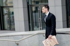 Επιτυχής και σοβαρός επιχειρηματίας που στέκεται λοξά ένα ν Στοκ Εικόνες