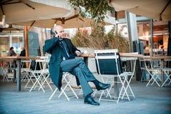Επιτυχής κομψός μοντέρνος επιχειρηματίας στο τηλέφωνο Στοκ Φωτογραφίες