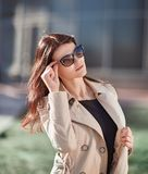 Επιτυχής νέα γυναίκα που στέκεται στην οδό στην ημέρα φθινοπώρου στοκ εικόνα