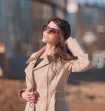 Επιτυχής νέα γυναίκα που στέκεται στην οδό κοντά στο κτίριο γραφείων στοκ εικόνες