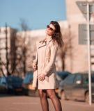 Επιτυχής νέα γυναίκα στο υπόβαθρο μιας σύγχρονης πόλης στοκ φωτογραφίες