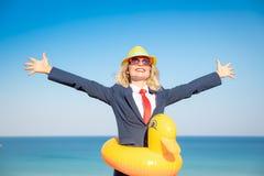 Επιτυχής νέα επιχειρηματίας σε μια παραλία στοκ εικόνες με δικαίωμα ελεύθερης χρήσης