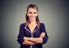 Επιτυχής νέα επιχειρησιακή γυναίκα που φαίνεται βέβαια και που χαμογελά Στοκ Φωτογραφίες