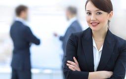 Επιτυχής νέα επιχειρησιακή γυναίκα στο υπόβαθρο του γραφείου Στοκ εικόνα με δικαίωμα ελεύθερης χρήσης