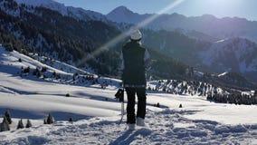 Επιτυχής νέα περιπέτεια γυναικών Snowboarder στα χιονώδη βουνά ορών, ελβετικά Υγιείς δραστηριότητες σνόουμπορντ και σκι απόθεμα βίντεο