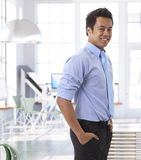 Επιτυχής νέος ασιατικός επιχειρηματίας στο γραφείο Στοκ Εικόνα