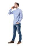 Επιτυχής νέος επιχειρηματίας που μιλά στο τηλέφωνο που κοιτάζει μακριά Στοκ φωτογραφία με δικαίωμα ελεύθερης χρήσης