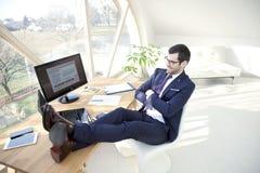 Επιτυχής νέος επιχειρηματίας στο γραφείο Στοκ Εικόνες