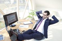 Επιτυχής νέος επιχειρηματίας στο γραφείο Στοκ Φωτογραφία