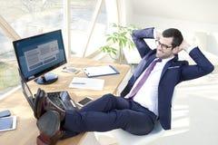 Επιτυχής νέος επιχειρηματίας στο γραφείο Στοκ εικόνες με δικαίωμα ελεύθερης χρήσης