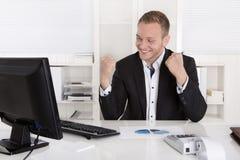 Επιτυχής νέος επιχειρηματίας υπερήφανος της επιτυχίας του στοκ φωτογραφία
