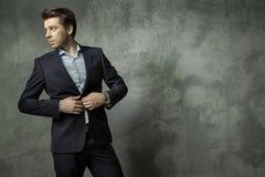 Επιτυχής νέος διευθυντής που φορά το κοστούμι Στοκ φωτογραφία με δικαίωμα ελεύθερης χρήσης
