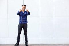 Επιτυχής νεαρός άνδρας που δείχνει το δάχτυλο Στοκ Φωτογραφίες