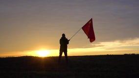 Επιτυχής νικητής ατόμων σκιαγραφιών που κυματίζει τη σημαία της Κίνας στο τοπίο φιλμ μικρού μήκους