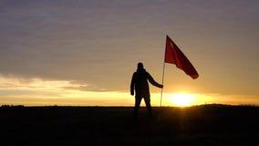 Επιτυχής νικητής ατόμων σκιαγραφιών που κυματίζει τη σημαία της Κίνας στο τοπίο απόθεμα βίντεο