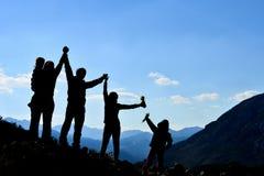 Επιτυχής οικογενειακή ομάδα στη φύση Στοκ Εικόνες