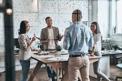 Επιτυχής ομάδα Διαφορετική ομάδα νέας κατανάλωσης επιχειρηματιών στοκ φωτογραφίες