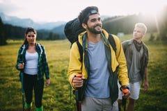 Επιτυχής ομάδα ευτυχών φίλων στο βουνό τοπ, ενθαρρυντική στοκ φωτογραφίες με δικαίωμα ελεύθερης χρήσης